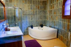 A bathroom at Le Jacaranda Hotel