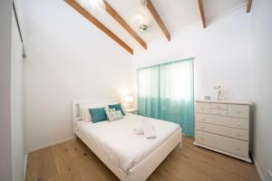 A bed or beds in a room at Nautilus On The Hill - Airlie Beach