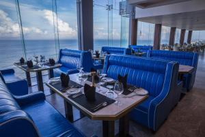 A restaurant or other place to eat at Regal Réseau Hotel & Spa