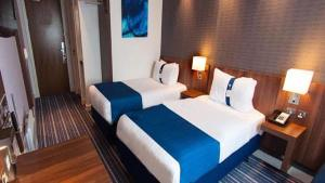 A bed or beds in a room at Holiday Inn Express Liverpool Hoylake, an IHG hotel