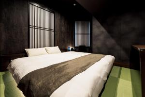 A bed or beds in a room at PROSTYLE Ryokan Yokohama Bashamichi