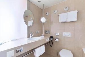 A bathroom at Hotel Cornavin Geneve