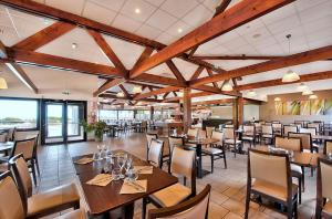 A restaurant or other place to eat at Village Club Kerlannic