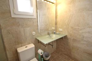 A bathroom at Bungalow Cala D'or