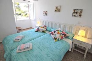 A bed or beds in a room at Bungalow Cala D'or
