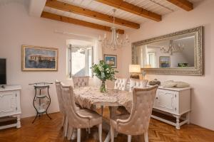 A restaurant or other place to eat at Apartments & Rooms Perla