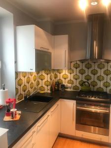 Kuchyň nebo kuchyňský kout v ubytování Modern Convenient City Center Apartment