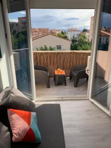 A balcony or terrace at Charmant studio avec climatisation et parking