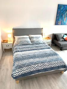 A bed or beds in a room at Charmant studio avec climatisation et parking