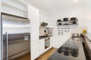 A kitchen or kitchenette at Darlinghurst Fully Self Contained Modern 1 Bed Apartment (713RIL)