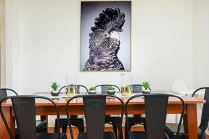 A restaurant or other place to eat at Victor Harbor Cottage 'Cornhill' - Pet Friendly