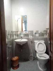A bathroom at Tin Tin Hue Hostel