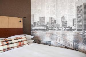 A bed or beds in a room at Baltimore Marriott Waterfront