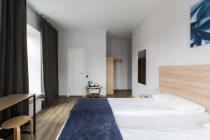 A bed or beds in a room at Nomera na Nevskom 111