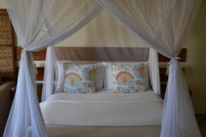 A bed or beds in a room at Sundown Guest House Maputo