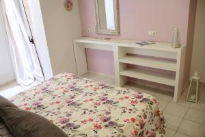 A bed or beds in a room at Eliathos Residence Houses