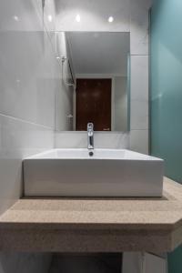 A bathroom at Zeus Hotel