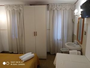 Um banheiro em Hotel Leonardo
