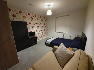 A bed or beds in a room at Spacious double room in London