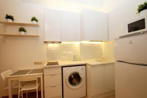 A kitchen or kitchenette at capital apartments