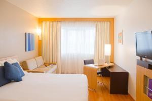 A bed or beds in a room at Novotel Porto Alegre Aeroporto