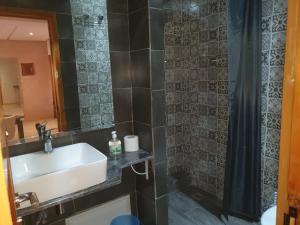 A bathroom at Charming Marrakech Apartement