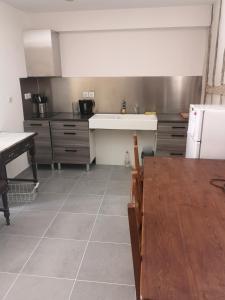 A kitchen or kitchenette at La Petite Ecole