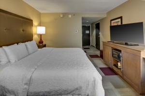 A bed or beds in a room at Hampton Inn Miami-Coconut Grove/Coral Gables