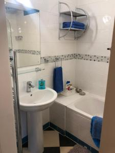 A bathroom at Modern fully refurbished city centre 2 bed apartment