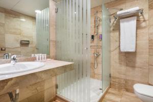 A bathroom at Exe Las Palmas
