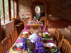 Un restaurante o sitio para comer en Masía La Posada Del Río Carbo