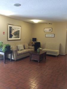 Гостиная зона в Haida Way Motor Inn