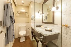 A bathroom at Maison Aurelia Sanur, Bali - By Préférence