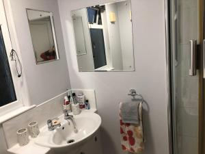 A bathroom at Lovely and clean Chatham homestay