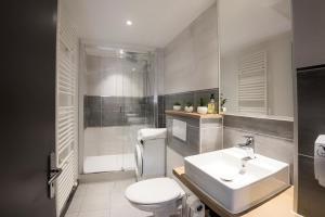 A bathroom at L escapade