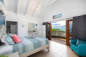 A bed or beds in a room at Absolute Airlie