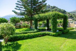 A garden outside Villa Mare Monte ApartHotel