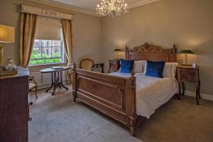 A bed or beds in a room at Grays Court Hotel