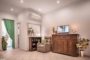 Una televisión o centro de entretenimiento en Novella Benedicta Apartments