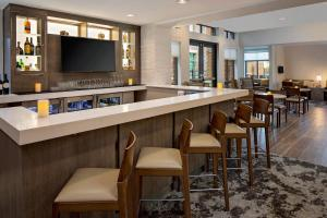 The lounge or bar area at Residence Inn by Marriott Charleston Summerville
