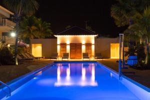 Het zwembad bij of vlak bij Dolphin Suites