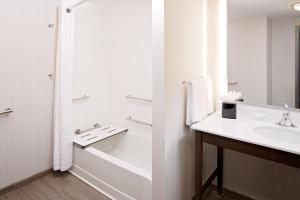 A bathroom at Homewood Suites By Hilton Ronkonkoma