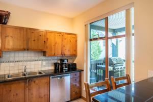 A kitchen or kitchenette at Northstar at Stoney Creek by Whiski Jack