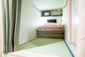 Tempat tidur dalam kamar di HOSTEL WASABI Nagoya Ekimae