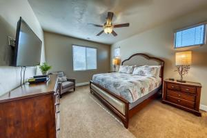 A bed or beds in a room at Mountain View Retreat: Paradise Village at Zion #39