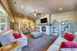 A seating area at Mountain View Retreat: Paradise Village at Zion #39