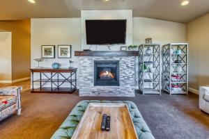 A television and/or entertainment center at Mountain View Retreat: Paradise Village at Zion #39