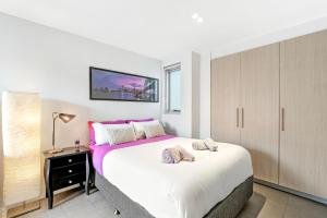 A bed or beds in a room at BRAND NEW COZY STUDIO IN BEST SPOT - Bondi Beach