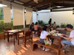 Restaurant ou autre lieu de restauration dans l'établissement Baan Suan Krung Kao