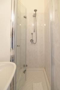 A bathroom at Le Violette